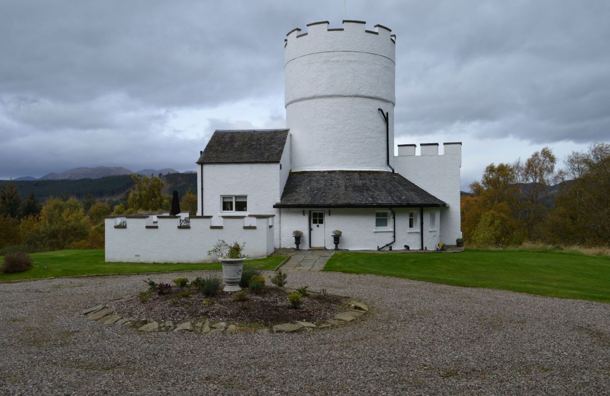 The White Tower of Taymouth Castle a british holiday cottage for 4 in ,